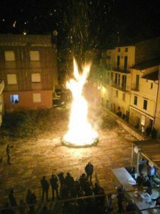 Immaigne del Falo drealizzato nella piazza di Itri per San Giuseppe
